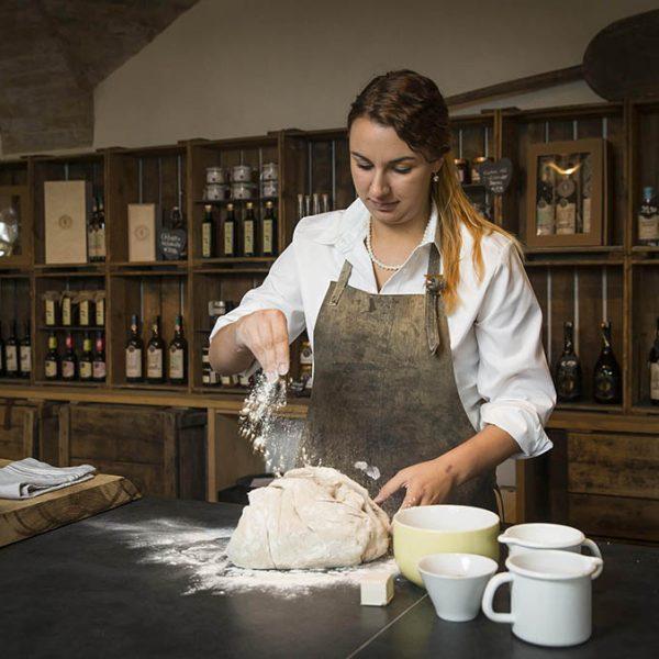 """Anna Grünwald, die """"gute Seele"""" am Stiegl-Gut Wildshut beim Brotteig zubereiten."""